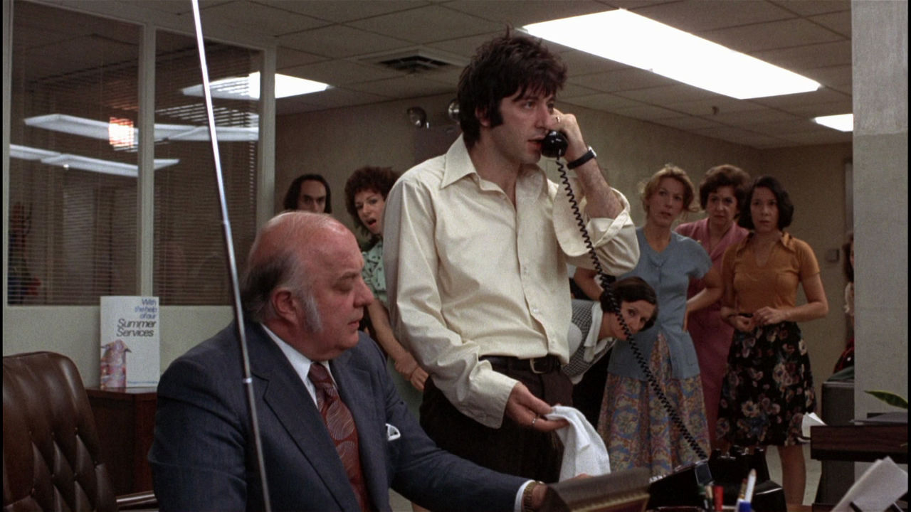 Sonny talks to a detective over a phone in Dog Day Afternoon