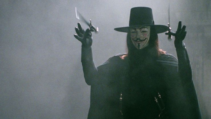 V juggles some knives in V for Vendetta