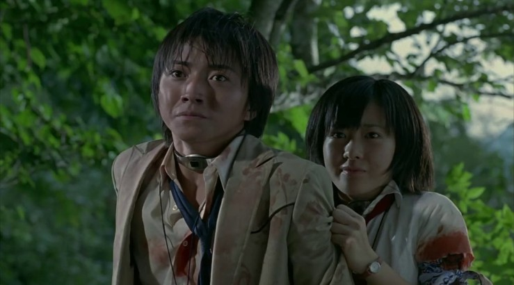 Shuya and Noriko look frightened in Battle Royale