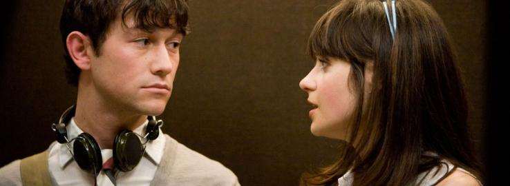Summer talks to Tom, who is wearing headphones, in 500 Days of Summer